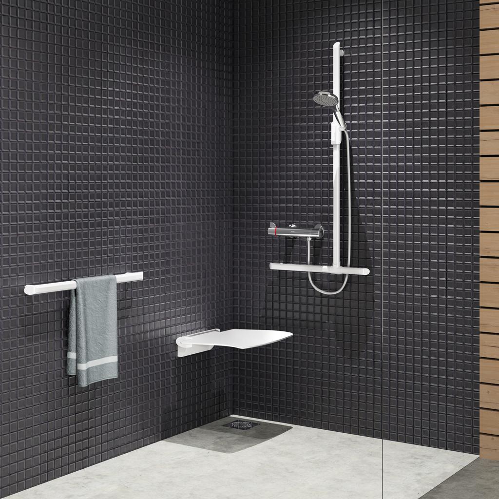 Welchen Duschsitz setzt man im Badezimmer für einen Senioren oder eine behinderte Person ein?
